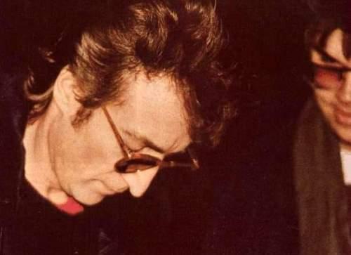 John Lennon autografando o álbum Double Fantasy para Chapman, horas antes de ser assassinado pelo próprio.