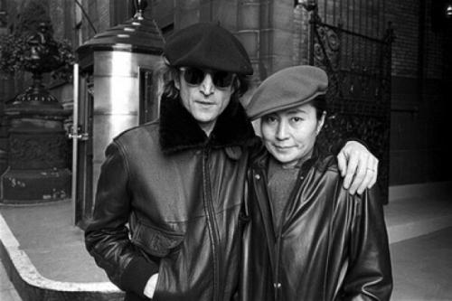 John e Yoko, na frente do Dakota.