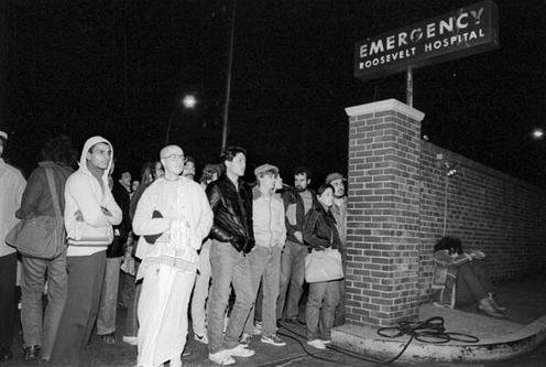 Fãs na frente do hospital Roosevelt.