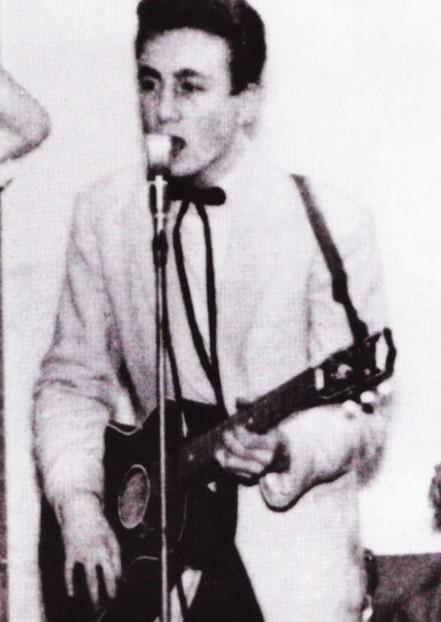 John Lennon na época do concurso de talentos
